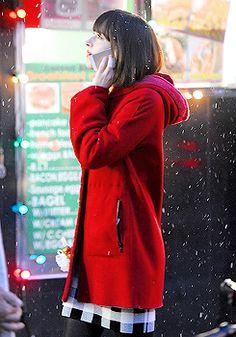 Movie of Dakota Johnson. ❤️❤️❤️ Dakota Johnson on set of How To Be Single in NYC Dakota Johnson Street Style, Dakota Johnson Movies, Sweater Outfits, Cute Outfits, Dakota Jhonson, How To Be Single, Dakota Mayi Johnson, Movies And Series, Models