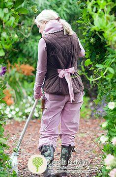Жилет стеганый GardenGirl.Удобный и практичный жилет из ветронепроницаемой и водоотталкивающей ткани на теплой, мягкой подкладке из флиса. Удлиненная спина защитит поясницу от сквозняков и непогоды.