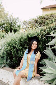 Abschlussfeier in Santa Barbara, Kalifornien. Graduation Picture Poses, College Graduation Pictures, Graduation Portraits, Graduation Photoshoot, Graduation Photography, Grad Pics, Senior Portraits, Senior Photos Girls, Prom Photos