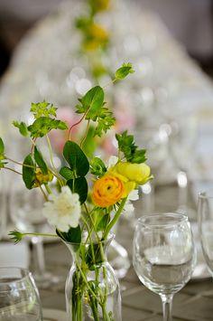Sma vaser med lite vilda sommar blommor och ljus kommer va med pa dukningen inne pa Herrgarden
