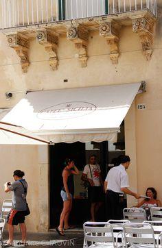 Caffé Sicilia, à Noto : cassata Sicilia à tester : En continuant toujours vers la cathédrale, à droite en sortant de l'Eglise di San Carlo al Corso, vous trouverez le Caffé Sicilia, qu'il ne faut absolument pas manquer. C'est un café à l'ancienne, une institution depuis 1892 à Noto, où nous avons mangé la meilleure Cassata Sicilia de tout notre séjour en Sicile. Les prix sont corrects, mais pueu important tellement leur pâtisserie sont variées et surtout excellentes.
