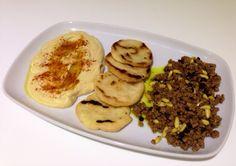 Arepas con hummus y carne de inspiración libanesa