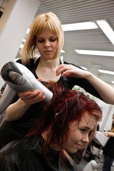 Työ on asiakkaiden palvelua ja ohjausta sekä hiusalan tuotteiden ja oman osaamisen myyntiä.