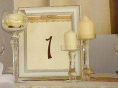 Az asztalszám is illeszkedik a terem dekoráció alapszíneihez.