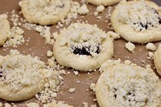 Vdolky s višňovým džemem před pečením Doughnut, Cookies, Desserts, Crack Crackers, Tailgate Desserts, Deserts, Biscuits, Postres, Cookie Recipes