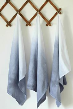 Dip Dye Tea Towels DIY Projects Craft Ideas & How To's for Home Decor with Videos Want to know how to ombre dip dye? You can use it in a lot of craft projects. If you love the ombre, you'll love this DIY project that uses tea towels! Shibori, Dish Towels, Tea Towels, Light Blue Kitchens, Le Grand Bleu, Towel Crafts, Diy Ombre, How To Dye Fabric, Dip Dye Fabric