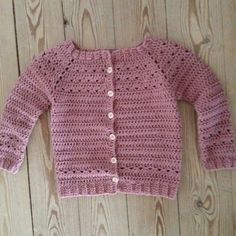Cardiganen til lille M blev færdig for en lille måned siden - jeg har valgt at kalde den for Triangeltrøje, fordi mit hulmønster ligner små ... Crochet Baby Sweaters, Crochet Baby Cardigan, Crochet Baby Clothes, Crochet Jacket, Knit Crochet, Baby Girl Crochet, Newborn Crochet, Crochet For Kids, Baby Sweater Patterns