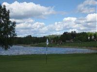 Hofors golfklubb ligger vackert intill sjön.