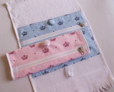 Best 12 toalhinha-de-mao-com-ziper-bolso.jpg pixels – Page 487092515938324193 – SkillOfKing. Sewing Hacks, Sewing Projects, Diy Fashion, Crochet, Diy And Crafts, Coin Purse, Patches, Pouch, Couture