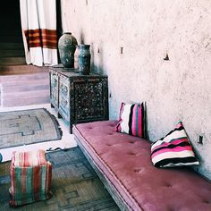Have you tried pink in home decorations? Pink is feminine and sweet, but it can also be audacious, lively, sophisticated, or understated. Bohemian House, Bohemian Interior, Bohemian Decor, Beautiful Home Designs, Beautiful Space, Tadelakt, Estilo Boho, Cozy Living, Interior Exterior