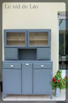 Refaire le meuble de Mamie.                                                                                                                                                                                 Plus Recycled Furniture, Painted Furniture, Kitchen Cabinets And Cupboards, Upcycled Home Decor, Old Kitchen, Kitchenette, Furniture Inspiration, Home Staging, Kitchen Furniture
