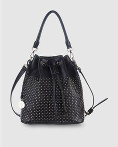 Bolso saco en negro con detalle de tachuelas