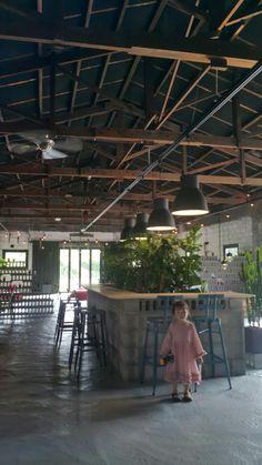 일주일전 갔었던 카페인데요~~ 넘 괜찮았어요~~~♡ 넓고 적절한 볼륨 음악에~~~ 수다떨기 딱 좋았어요^^ . ... Lobby Interior, Cafe Interior Design, Cafe Design, Store Design, Italy Restaurant, Outdoor Restaurant, Restaurant Design, Wood Interiors, Industrial Interiors