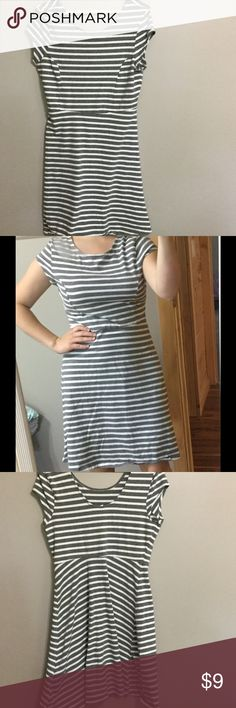 Old navy stripped dress size Medium Old navy grey and white striped dress medium. Has normal wash wear, comfy and comes from a smoke free and pet free home. Thanks for looking :) *note may become wrinkled when shipped Old Navy Dresses