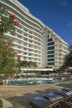 The architecture of The Ritz-Carlton, Fort Lauderdale is reminiscent of the 1940s ocean luxury liners and captured through the clean lines and waves of the building.