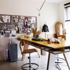Elsker det hele. Opslagstavlen, det gule bord, opbevaringsplads under bordplade, zink skuffedariet til papirer....