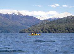 Navegar el paraíso. El Lago Gutiérrez. Si lo conocés sabés de lo que hablamos. Si no lo conocés, cualquier cosa que digamos es poco.  Hicimos un paseo en kayak inolvidable en un paisaje inolvidable. Fue hace unos años pero aún nos dura la alegría y la fascinación.