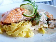 Porce lososa osolíme, pokapeme citronem a lehce opeříme. Necháme 10min. odležet.  Na oleji orestujeme půlky žampionů, vyjmeme a udržujeme v... Clean Eating, Healthy Eating, Salmon Pasta, Fish And Meat, Healthy Alternatives, How To Cook Pasta, Meat Recipes, Cravings, Salmon