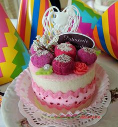 Cute idea for a felt cake decoration.