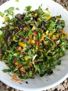 Dnesni salatek k pecenemu kureti. Cerveny hlavkovy a fresco salat (male vyhonky salatu); porek, cherry rajcata, zluta paprika, olivy, mrkev a okurek. Zalivka z Vincentky, citronu a oliv. oleje. Vymecne sem pridal do salatu papriku i rajce, kterou nejim kvuli spatnemu traveni u krevni sk. 0.