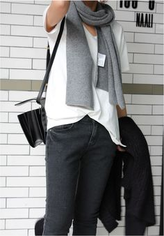 Gray scarf, black and white casual. White Casual, Casual Fall, Casual Chic, Minimal Outfit, Minimal Fashion, Minimal Chic, Minimal Classic, Style Désinvolte Chic, My Style