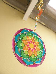 Mandala feita em vidro, com técnica de pintura vitral;  Com 12 cm de diâmetro Para pendurar em qualquer ambiente fio com contas de acrílico. Cd Crafts, Newspaper Crafts, Arts And Crafts, Mandala Painting, Stone Painting, Dot Painting, Mandala Doodle, Mandala Dots, Cd Recycling