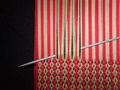 PASO A PASO N° 11 CON URDIMBRE DE PEINECILLO   reflejos aborígenes Tablet Weaving, Weaving Art, Loom Weaving, Textile Tapestry, Tapestries, Origami, Inkle Loom, Diy Papier, Tear