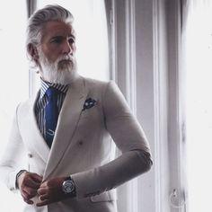 Nos encanta este estilo para   el hombre Beards. Men. Gray. Suit.