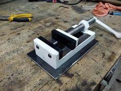 Morsa Plana casera - YouTube Homemade Tools, Diy Tools, Workbench Designs, Diy Welding, Bench Vise, Garage Tools, Drill Press, Knife Block, Blacksmithing