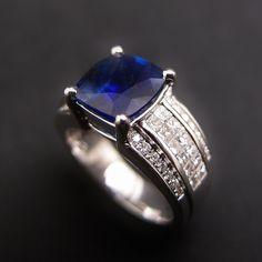 """à vendre : 10800€ Bague en Or gris 18 k , modèle """" jonc plat """"  sertie en son centre  d'un Saphir naturel  de 3.30 cts , taille """"Coussin  """" ; Couleur : Royal Blue .  livré avec un Certificat du laboratoire G.R.S. attestant que la pierre est non chauffée et non traitée.  dimensions : 8.8 x 8.4 mm diamants : 0.8 ct , qualité G/VS  Taille 53.5  Poids brut : 9 grammes  Mise à taille délicate .  Vendue avec facture"""