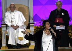 © Matt Slocum/AP <> Aretha Franklin performs as Pope Francis is seated nearby during the Festival of Families, Saturday, Sept. 26, 2015, in Philadelphia, Pa.