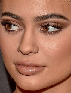 Celebrity photos that are really close-up. Celebrities with bad skin, nose jobs, hair transplants, bad teeth. Celebrity Makeup, Celebrity Red Carpet, Kylie Jenner Face, Red Carpet Makeup, Eye Makeup, Hair Makeup, Makeup Techniques, Girls Makeup, Gorgeous Makeup