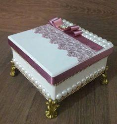 Caixa em mdf decorada - Amo Decorar Cigar Box Crafts, Altered Cigar Boxes, Shabby Chic Wreath, Decoupage Box, Pretty Box, Jewellery Boxes, Craft Box, Diy Box, Small Boxes