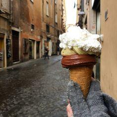 Il gelato d'inverno, un piacere da scopriretra le stradine di #campodeifiori #grom Buon weekend ❤ #ridieassapori #igersroma #igersitalia #experienceblog #whatitalyis