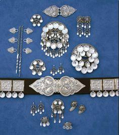 Vossasylv produserar og sel bunadsølv til dei fleste bunader i Noreg. Different Patterns, Scandinavian Style, Norway, Antique Jewelry, Folk, Headgear, Family History, Ethnic, Hiking