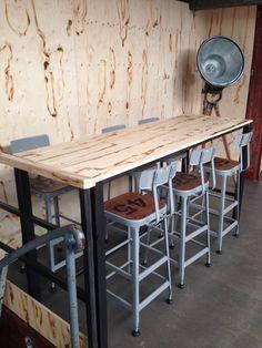 Wanden van gebrand underlayment en statafels op maat van staal en ...