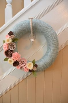 12 pollici Pasqua - blu - vivaio filati coperti paglia ghirlanda con fiori di feltro artigianale