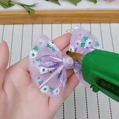 Curso E. Handmade Hair Bows, Diy Hair Bows, Making Hair Bows, Ribbon Hair Bows, Diy Bow, Diy Ribbon, Ribbon Crafts, Flower Hair Bows, Diy Crafts