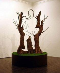 Escultura em árvore. Vi no baratatonta, via uhull.