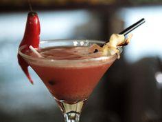 O drink Da Cor do Pecado é uma mistura exótica entre morangos e pimentas, que tal experimentar?