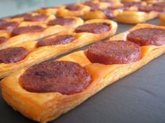 Fine puff pastry with chorizo ​​- C gourmet secrets - - Wonton Recipes, Appetizer Recipes, Snack Recipes, Cooking Recipes, Kitchen Recipes, Easy Recipes, Chorizo, Food In French, Appetisers