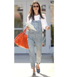 What to Wear with Overalls If you are feeling cold, you can copy Alessandra Ambrosio's look and wear a sweater underneath your denim overalls. Fashion Mode, Fashion Outfits, Womens Fashion, Style Fashion, Style Salopette, Undone Look, Cool Outfits, Casual Outfits, Mode Jeans