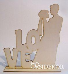 Fa jegyespár tábla, LOVE, Tedd egyedivé esküvődet, építsd be a dekorációdba, vagy fogjátok kézben a fotózás alkalmával., Olcsó, mégis egyedi, kézzel készített, személyre szabható esküvői dekoráció készítése vásárlással és bérléssel. Menyasszonyi csokrok, virágdíszek készítését is vállaljuk.