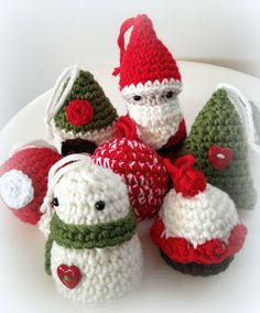 Lady Crochet: Amigurumis de Navidad / Xmas amigurumis. These little ornaments are precious! Click above image at site for free patterns for all these! Sweet! ¯\_(ツ)_/¯