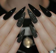 Best Black Stiletto Nails Designs For Your Halloween Black nails; Best Black Stiletto Nails Designs For Your Halloween Black nails; black and w Black Stiletto Nails, Dark Nails, Black Glitter Nails, Black Coffin Nails, Long Black Nails, Gold Glitter, Gradient Nails, Holographic Nails, Prom Nails