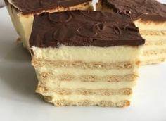 Przygotowanie delikatnego w smaku i niezbyt słodkiego ciasta z krakersami bez pieczenia nie zajmuje dużo czasu i jest łatwe do wykonania. Składniki: (foremka 14 cm x 28 cm x 7 cm), mleko 700 ml, budyń śmietankowy lub waniliowy bez cukru 80 g, cukier 3/4 szklanki, masło 300 g, krakersy słone 200 g, polewa:, czekolada deserowa 50 g, miód naturalny 1 łyżeczka, śmietana 30% 3 łyżki, mleko 1 łyżka (opcjonalnie), (szklanka to 250 ml Polish Desserts, Cold Desserts, Cookie Desserts, Sweet Desserts, No Bake Desserts, Sweet Recipes, Cookie Recipes, Dessert Recipes, Polish Food