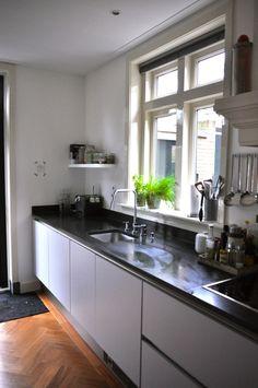 Greeploos witte keuken met zwart granieten blad