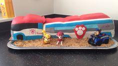 Paw Patrol patroller cake / taart.  Hij paste niet goed op de plaat dus kwam hij niet recht omdat hij aan de buitenzijde op een verhoogde rand moest staan