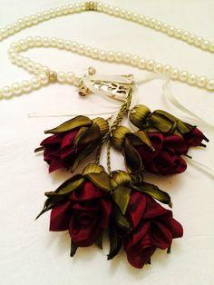 İpek kurdeleden yapılan güllerle süslenmiş dekoratif tesbih....