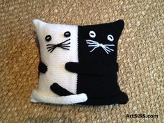Pictures found for query how to make a cat pillow Crochet Cushions, Crochet Pillow, Knitting Patterns, Sewing Patterns, Crochet Patterns, Diy Pillows, Decorative Pillows, Fabric Crafts, Sewing Crafts